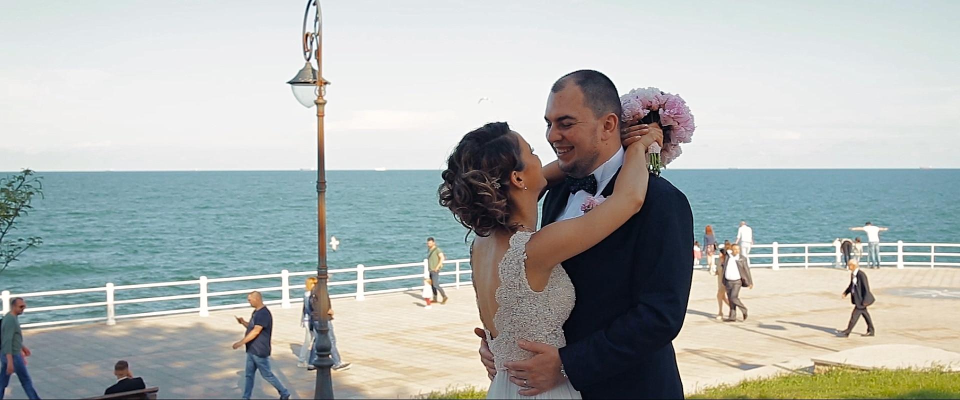 Tengerparti esküvő a Fekete-tenger partján, vőlegény és menyasszony