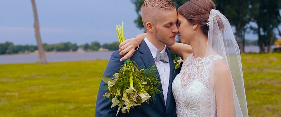 Vőlegény és menyasszony amerikai esküvő napján
