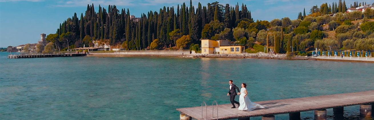 Esküvői cinematográfia, vőlegény és menyasszon filmezése egy tóparton